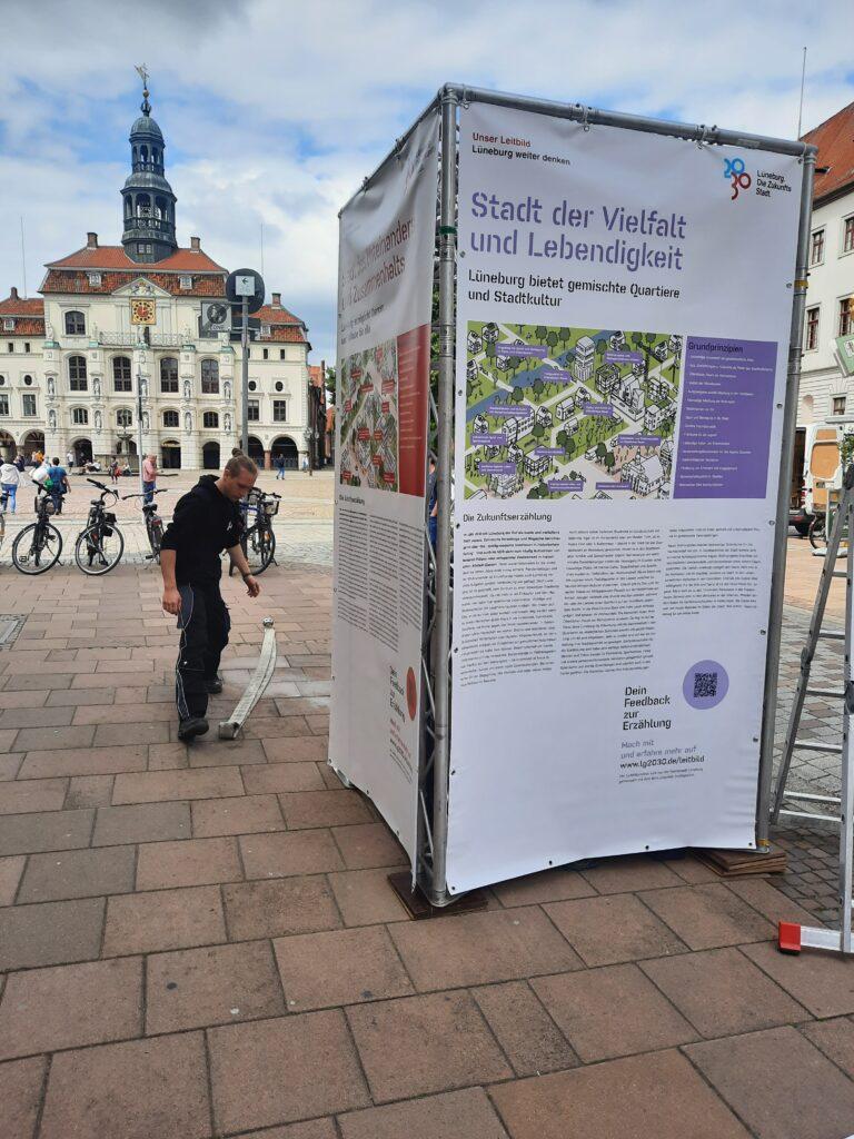 Birger Torp baute am Dienstag mit seinem Kollegen den ersten von zwei Info-Towern mit Zukunftserzählungen An den Brodbänken auf. Foto: Zukunftsstadt.
